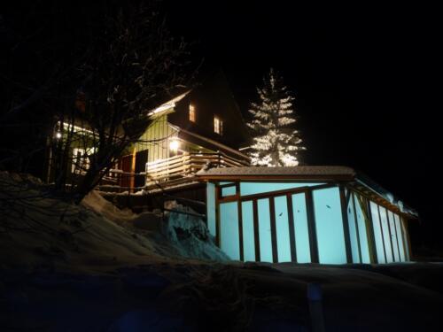Bazén pro chlazení ze sauny s nočním osvětlením