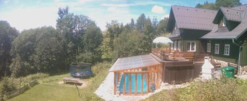 Hříbek s hřištěm, trampolínou a bazénem