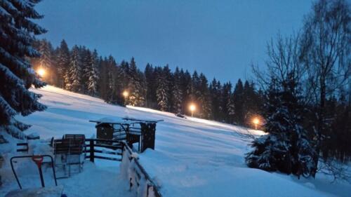 Sjezdovka u chalupy noční lyžování - pohled z terasy