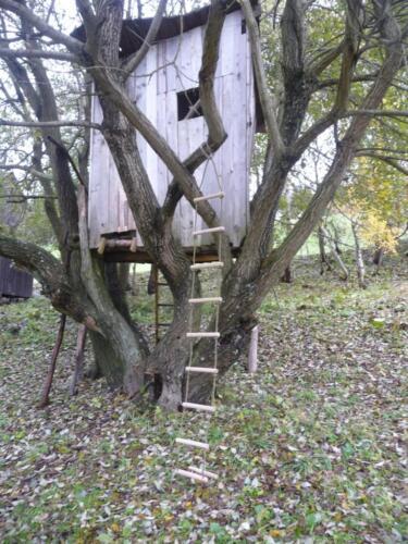 Domeček na stromě vedle chalupy