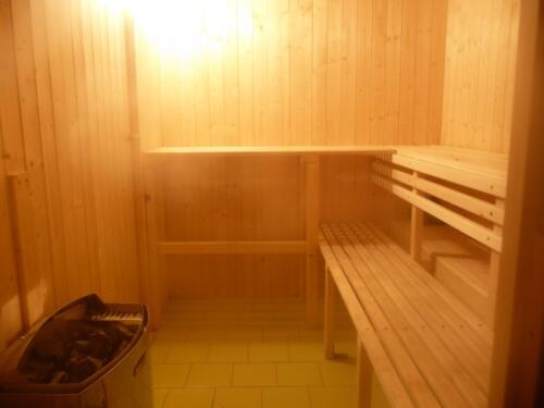 V sauně jsou el. kamna 9 kW, pohodlně se sem vejde 6 lidí na horní lavice